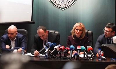 Главният секретар на МВР Ивайло Иванов, наблюдаващият прокурор Венцислав Фердинандов, говорителят на главния прокурор Сийка Милева и вътрешният министър Младен Маринов (отляво надясно) разказват за операцията.  СНИМКА: ЛАДИСЛАВ ЦВЕТКОВ, Би Ти Ви