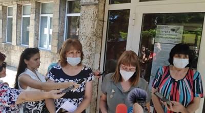 Отляво надясно - областният управител проф. Любомира Попова и шефката на РЗИ д-р Евгения Недева СНИМКА: Авторката
