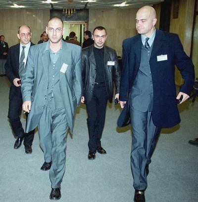 """Любен Дилов-син и Слави Трифонов, зад тях Емил Димитров-Ревизоро и Росен Петров са в НДК след местните избори през  1999 г. като  лицата на партия """"Гергьовден.  СНИМКА: Архив"""