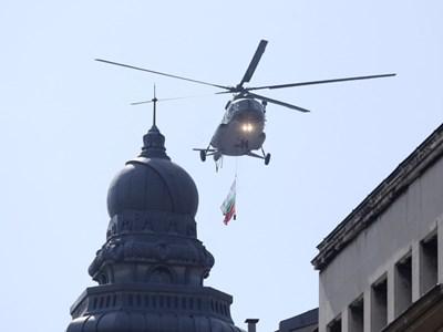 Хеликоптер Ми-17 даде старт на парада. СНИМКА: Йордан Симeонов