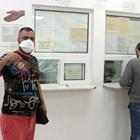 Мъж показва новия си паспорт в 3-о районно управление в София.