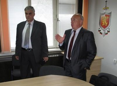 Старши комисар Николай Колев (вляво) е новият директор на областната дирекция на МВР в Стара Загора. Днес той бе представен пред личния състав на дирекцията от зам.-министътър на вътрешните работи Емил Ганчев. Снимка: МВР