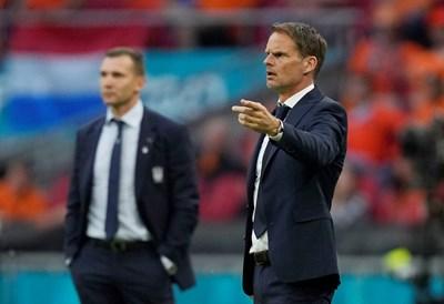 Франк де Бур (вдясно) победи в треньорския дуел срещу колега, който също е ритал на европейско - Андрий Шевченко. Нидерландия излъга 3:2 Украйна. СНИМКА: РОЙТЕРС