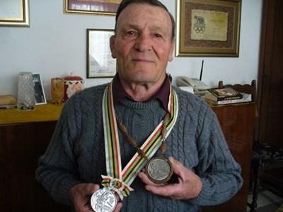 Борецът Станчо Колев има два сребърни медала от олимпиади - през 1960 г. от игрите в Рим - медалът вдясно, и през 1964 г. в Токио. СНИМКА: Ваньо Стоилов