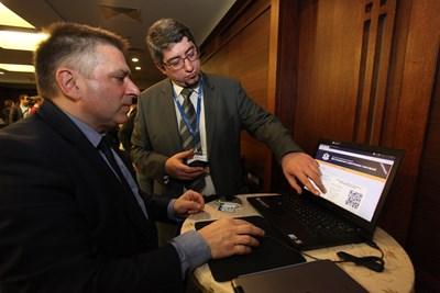 Шефът на правната комисия в НС Данаил Кирилов участва в една от симулациите на е-гласуване през 2017 г.  СНИМКА: РУМЯНА ТОНЕВА