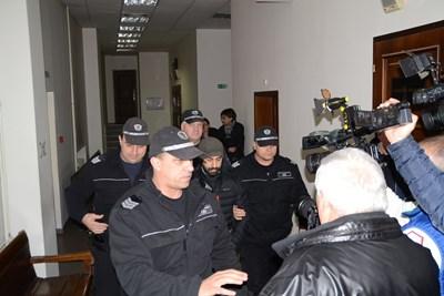 Водят в Хасковския окръжен съд Науфал Захри. СНИМКА: Делян Аврамов