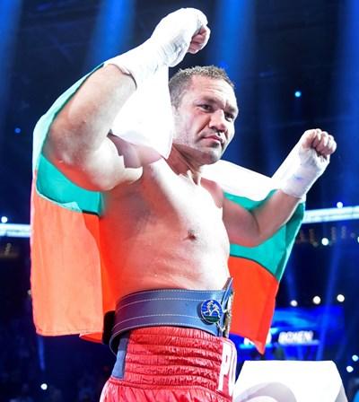 Кобрата се е загърнал с българския трибагреник след победата над Дерек Чисори в последния си мач.