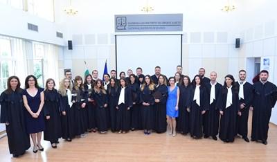 Българските младши съдии, които се дипломираха тази година, заснети с преподавателките си в НИП Илияна Балтова и Виолета Магдалинчева. СНИМКА: Йордан Симeонов