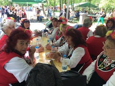 """Дамите от фолклорна група """"Чая"""" от Катуница хапват кебапчета, след като изпълниха китка песни. Снимки: Авторът"""