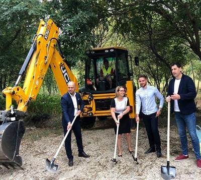 Костадин Димитров (вляво), проф. Христина Янчева и кметът Иван Тотев направиха първа копка за оградата на Ботаническата градина.