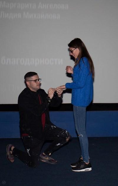 Велизар Дернев падна на колене пред любимата си Теодора Иванова пред пълната зала.
