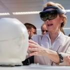 """Шефката на ЕК Урсула фон дер Лайен разглежда робота """"Сара"""", изобретен от студенти в Брюксел."""