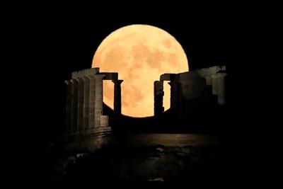 Пълнолуние зад Храма на Посейдон край Атина, Гърция СНИМКИ: Ройтерс