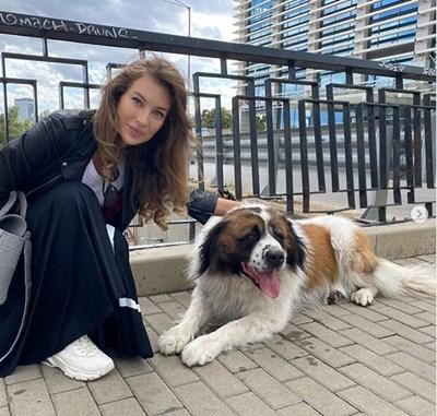 Никол Станкулова гали кучето Неро. СНИМКА: ОФИЦИАЛЕН ИНСТАГРАМ ПРОФИЛ НА СТАНКУЛОВА