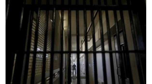 Задържаха трима надзиратели от затворническото общежитие в Разделна