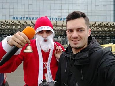 Репортерът Димитър Мартинов, облечен като Дядо Коледа, с оператора Петър Петров.