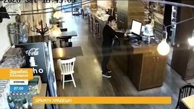 От кадрите се вижда как мъжът за секунди бърка в касата и изважда парите. КАДЪР: НОВА ТВ