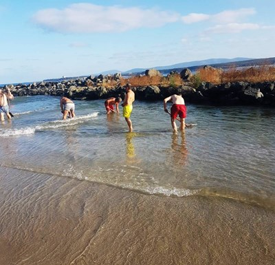 С подръчни средства някои от рибарите се опитват да дълбаят затлаченото устие на р.Дяволска. Снимки: фейсбук/Приморско