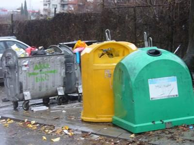 """Край тези контейнери за смет до блок 26 в старозагорския квартал """"Трите чучура"""" през декември м.г. бе намерена найлоновата торба с двете ръце на убития, без дланите, и убийството започна да се разплита. Снимка: Ваньо Стоилов"""