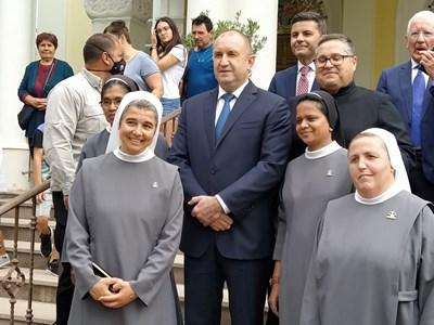 Румен Радев с монахини в Раковски. Снимки и видео: Авторът