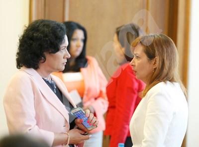Социалната министърка Зорница Русинова разговаря с колежката си Ивелина Василева на заседание на МС. Русинова ще прави обсъждане на минималната заплата, след като вече постановлението на правителството е прието. СНИМКА: 24 часа