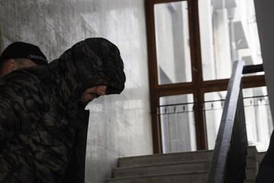 33-годишният Данаил Стефанов скри лицето си в съда. СНИМКИ: Елена Фотева