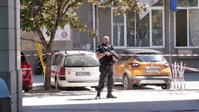 Командос с автомат пред сградата на БНТ