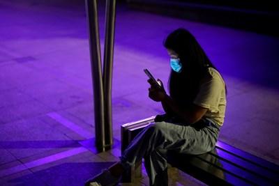 Според редица проучвания телефонът е основно средство за поддържане на тайни връзки, след това са имейл и чатове. СНИМКА: РОЙТЕРС