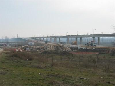 Общинските терени около моста са били разпродадени от община Видин, преди да стартира строителството на съоръжението, но когато вече се е знаело къде ще стъпи на българския бряг. СНИМКА: АВТОРЪТ
