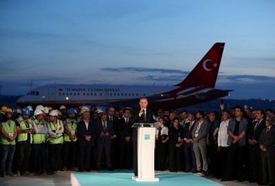 Турският президент Реджеп Тайип Ердоган направи вчера първо символично кацане на третото летище в Истанбул СНИМКИ: Ройтерс