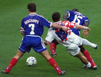 Треньорът на Франция Дидие Дешан се бори за толката с Горан Влаович. СНИМКА: РОЙТЕРС