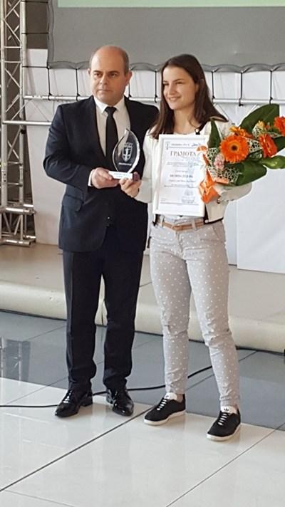 Кметът на Русе Пламен Стоилов връчи наградата на Биляна Дудова СНИМКИ: Росен Моллов