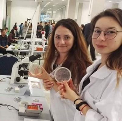 Микаела и Ася, част от отбора по синтетична биология iGEM Bulgaria