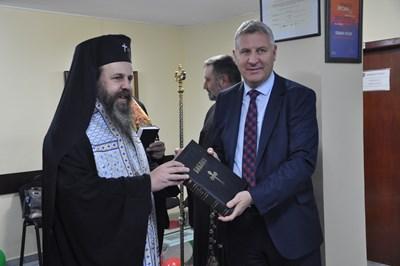 Неврокопският митрополит Серафим подари библия на кмета на Разлог Красимир Герчев.