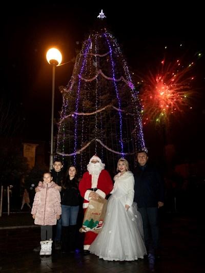 В града пристигнаха Дядо Коледа и Снежанка