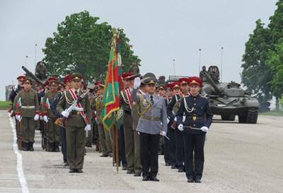 С пеши парад и бойна техника във военния университет във Велико Търново отбелязаха празника.  СНИМКA: ДИМА МАКСИМОВА