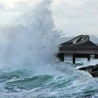 Жена е открита жива от спасителните екипи, които действат след опустошителните наводнения на гръцкия остров Евбея СНИМКА: Ройтерс