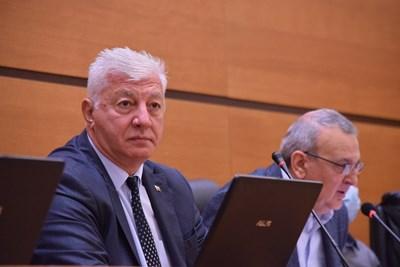 Кметът Здравко Димитров продължава да се лекува вкъщи.