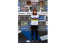 Световната шампионка Изабела Янкова вече е носителка и на световната купа по спускане в планинското колоездене при девойките.