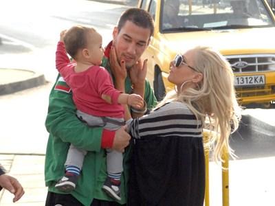 Капитанът на българския национален отбор Ивелин Попов с приятелката си - певицата Елена Паришева, и малкия им син. СНИМКА: ДЕСИСЛАВА КУЛЕЛИЕВА