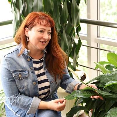 Станислава Пирчева в първия си работен ден за тази година, сред цветята, които отглежда с колегата си Андрей Борисов из коридорите на БНР. Първото предаване на Станислава беше в полунощ на 24 август.