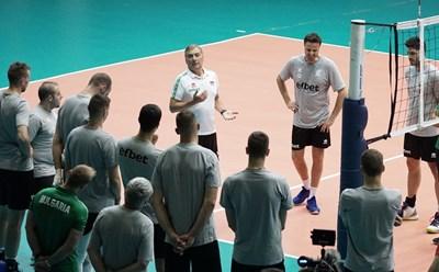 Селекционерът на волейболистите Силвано Пранди говори на избраниците си по време на последната тренировка преди заминаването за европейското първенство. СНИМКА: Десислава Кулелиева