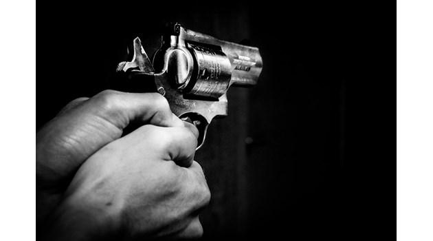 Пиян шофьор заби колата си в магазин в Казанлък, размаха пистолет