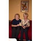 """Емилия (вляво) и Елена със снимката на Марадона, на която Богдан е написал """"моят гробокопач"""""""