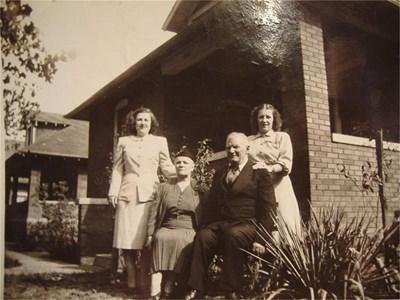 Емигрантите Неда и Атанас с дъщерите си Ан и Мери пред къщата им в Гранит сити. На малката снимка - гробът на родителите в местното гробище Сейнт Джон.