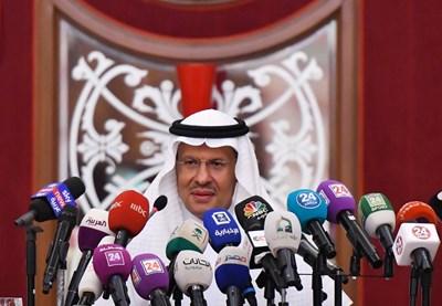 Саудитският министър на енергетиката принц Абдулазис бин Салман даде пресконференция. СНИМКА: РОЙТЕРС