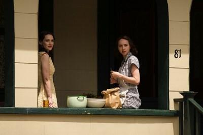 Уинона Райдър (вляво) и Зоуи Казан са сестри в екранизацията по романа на Филип Рот.  СНИМКА: НВО БЪЛГАРИЯ