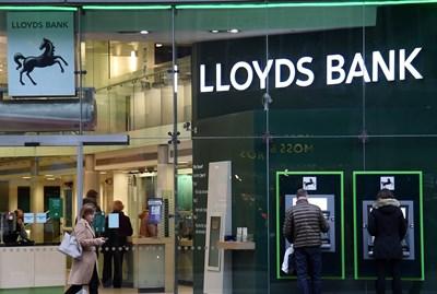 Lloyds Bank е една от британските банки, които са решили, че ще е неоправдан разход за тях да си извадят разрешително за работа в страни от Европейското икономическо пространство и предстои да закрият разплащателните сметки на хора и фирми от страни-членки на ЕС.  СНИМКА: РОЙТЕРС