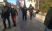 Пловдив гъмжи от полиция, разхождат се с автомати по главната улица (Снимки)