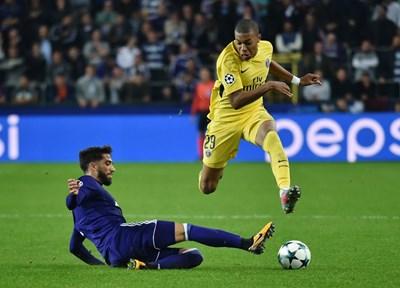 """Жозуе Са се опитва с шпагат да отнеме топката на Килиан Мбапе в среща от Шампионската лига между """"Андерлехт"""" и ПСЖ. СНИМКА: РОЙТЕРС"""